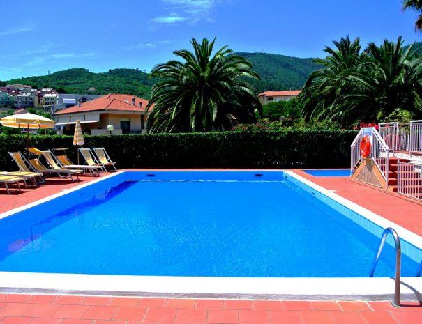 residence liguria con piscina sul mare